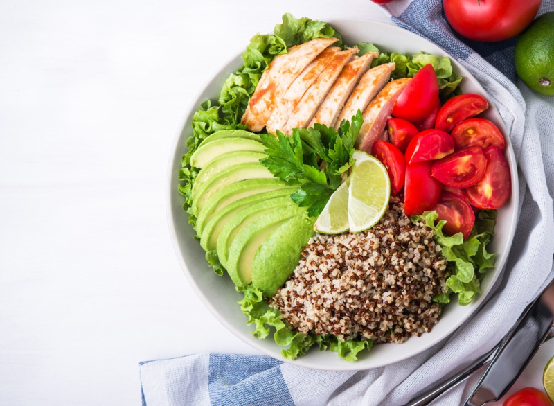 Healthy-bowl-avocado-quinoa-chicken